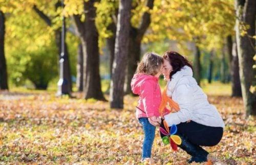 Matka z dzieckiem na spacerze.