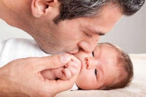 Ojciec całuje syna