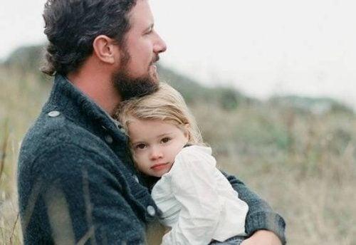 Ojciec obejmuje córkę