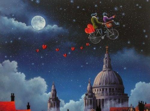 Para jadąca na rowerze po niebie
