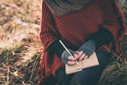 Dziewczyna pisze w pamiętniku.