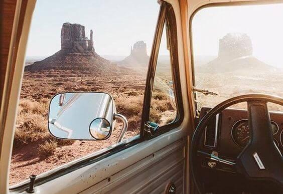 Podróż samochodem wśród skał.