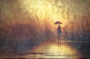 samotna kobieta stoi w deszczu - nasze emocje