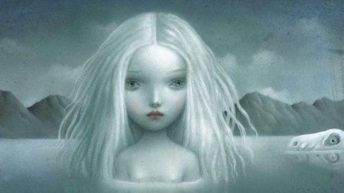 Smutna biała dziewczyna w wodzie