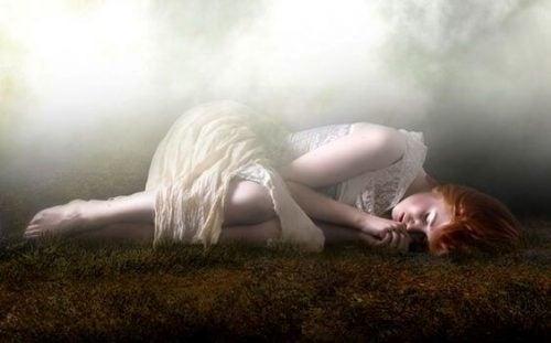 smutna dziewczyna leży na ziemi