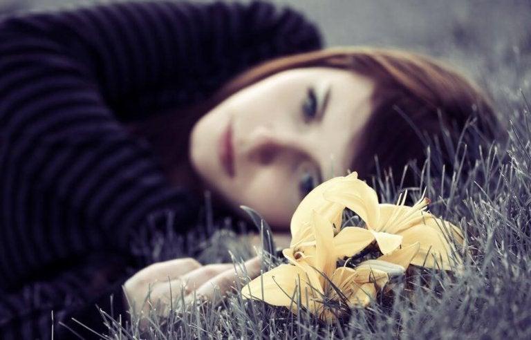 Dziewczyna leży na trawie