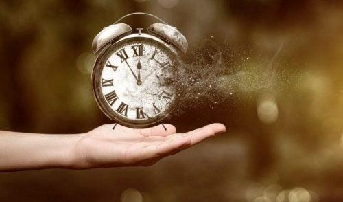 Zegar na dłoni zdemolowany przez wiatr