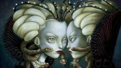 Zła królowa patrzy w swoje odbicie w lustrze