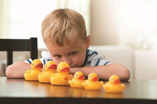Chłopiec chory na autyzm i kaczuszki na stole