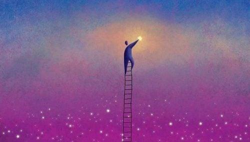 Człowiek na drabinie chwyta światło