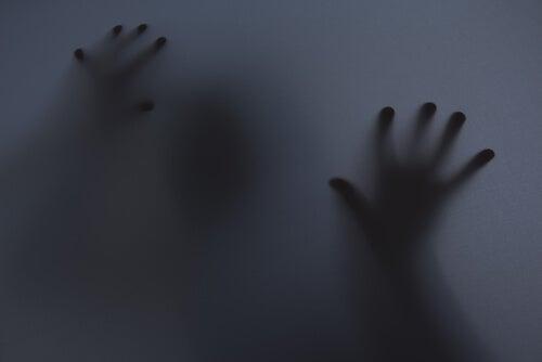Strach - dłonie za szkłem