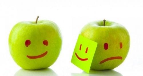 Dwa jabłka - jedno radosne, inne smutne