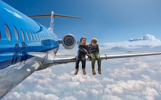 Dzieci na skrzydle samolotu.