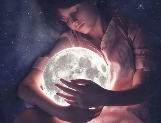 Dziecko z księżycem w ramionach.
