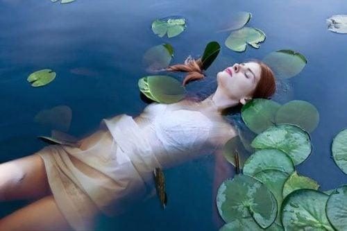 Dziewczyna leży w wodzie - bez pośpiechu