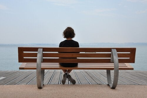 Dziewczyna siedzi samotnie na ławce