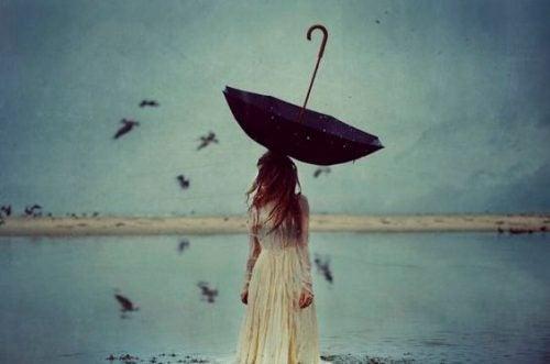 Prawdziwi wojownicy - dziewczyna z parasolem na głowie