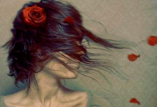 Dziewczyna z rozwichrzonymi włosami