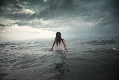 Dziewczyna wchodzi do morza - ucieczka od problemu
