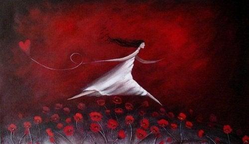Oświeceni ludzie - kobieta biegnie przez pole maków.