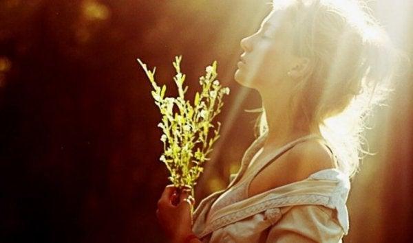 Znajdź czas na życie - kobieta w promieniach słońca.