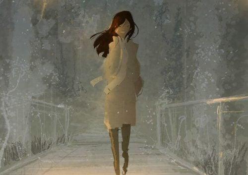 Kobieta idzie przez mostek