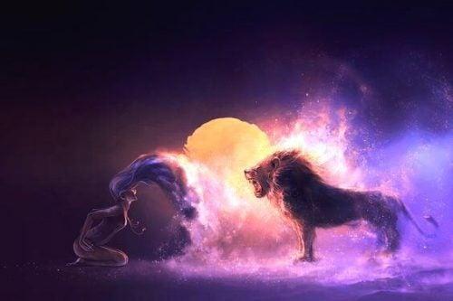 Kobieta stoi na przeciwko lwa