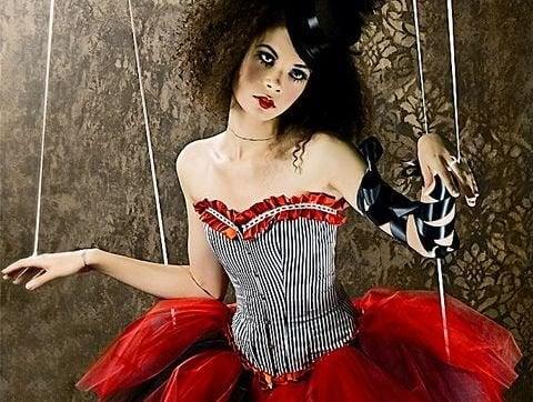 Kobieta - marionetka