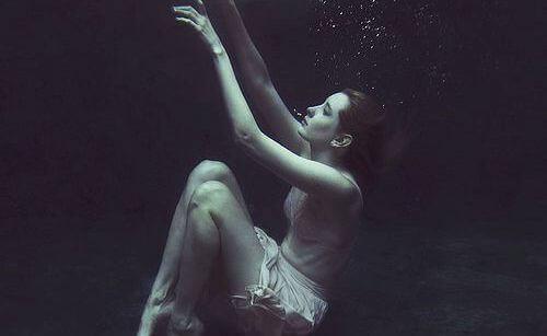 Kobieta na dnie jeziora
