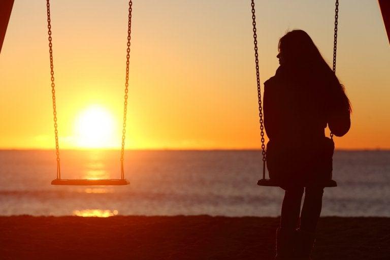 Samotna kobieta na huśtawce.