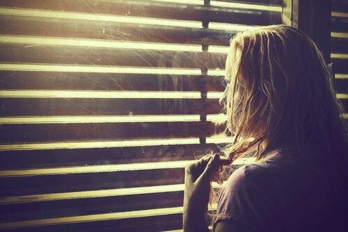 Kobieta patrząca przez okno