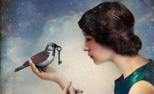 Kobieta, ptak i klucz