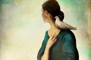 Kobieta z ptakiem na ramieniu - odwaga