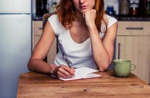 Kobieta pisze listę planów w notatniku