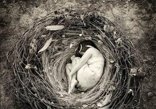 Kobieta leżąca w gnieździe