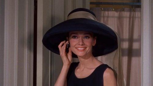 Kobieta w kapeluszu - dzisiejsze społeczeństwo