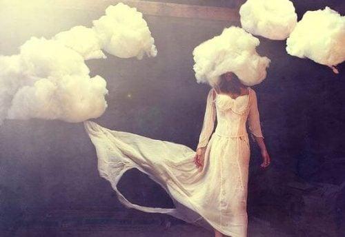 Kobieta z głową w chmurze