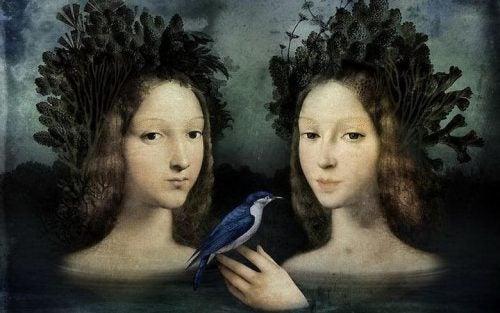 Dwie kobiety i niebieski ptak