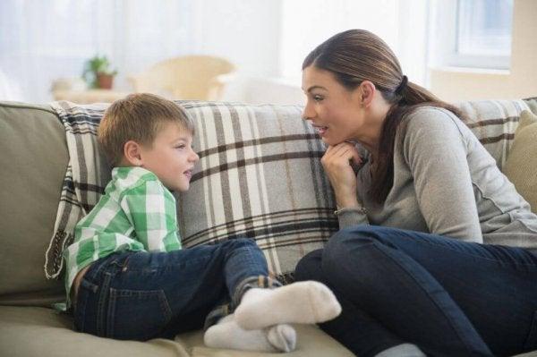Matka rozmawia z synem.