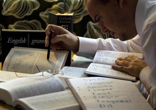Mężczyzna studiuje