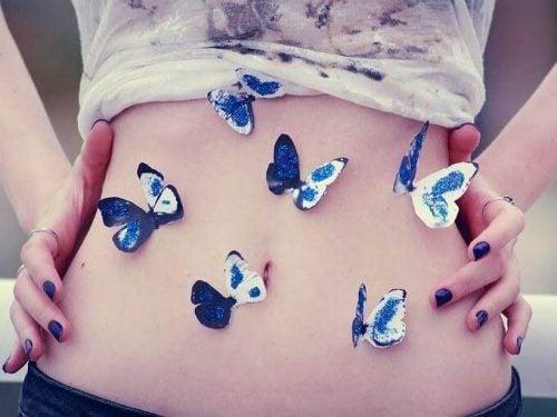 Motyle na płaskim brzuchu dziewczyny