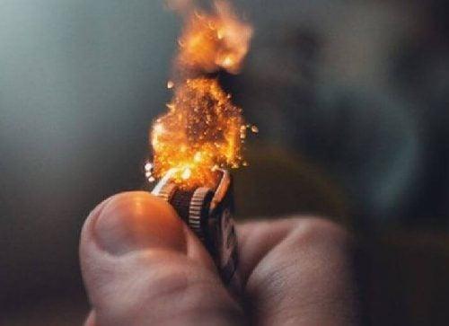 Ogień z zapalniczki - narkotyki największym błędem