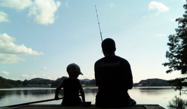 Ojciec i syn na rybach.