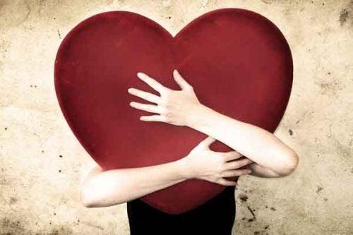Pokochać siebie - Ktoś ściska gigantyczne serce