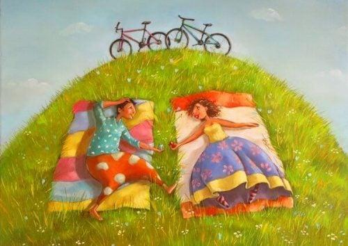 Para leży na trawie