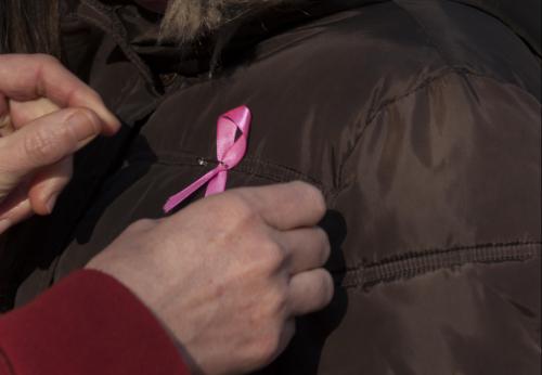 Znak walki z rakiem przypięty do kurtki