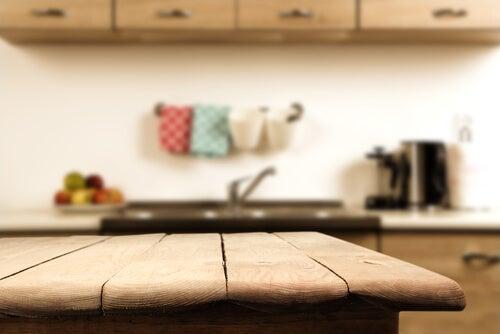 Pusty stół kuchenny