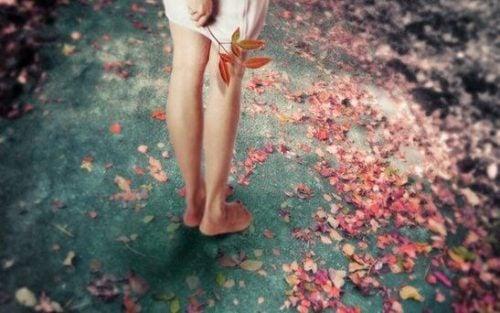 Stopy na liściach