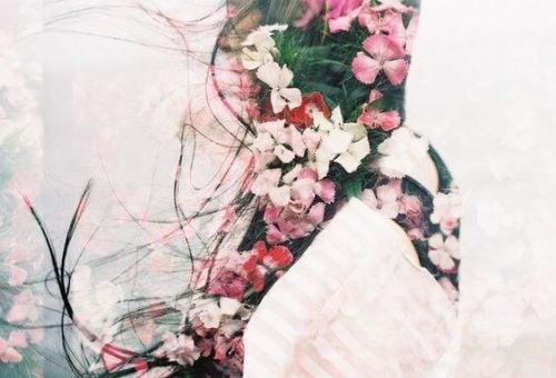 Sylwetka dziewczyny w kwiatach