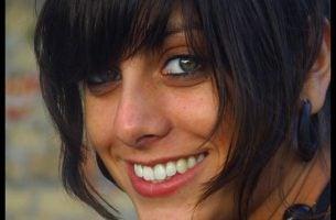być sobą - uśmiechnięta kobieta